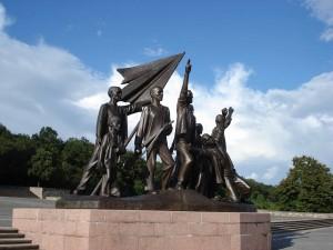 Statues du sculpteur Fritz Cremer (1958) célébrant la résistance dans le camp