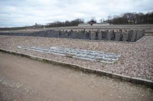 Monument commémoratif pour les Sintis et les Roms assassinés (1995) composé de stèles de basalte noir près de l'ancien bloc 14 dans lequel étaient détenus en 1939-1940 des Roms du Burgenland. Sur les stèles figurent d'autres noms de camps de concentration et d'extermination. L'inscription en anglais, allemand et romani est la suivante : « À la mémoire des Sintis et des Roms, qui furent victimes du génocide nazi ».