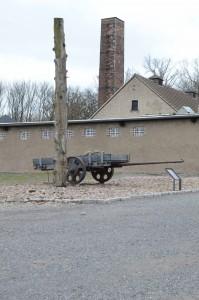 Installation près du crématoire : reproduction d'une charrette utilisée pour le transport des pierres de la carrière et d'un poteau de punition où étaient suspendus les prisonniers. Le dispositif de crémation avait été installé, en 1940, par la firme Topf & Söhne d'Erfurt laquelle s'était vue également confier ceux du complexe d'extermination de Birkenau.