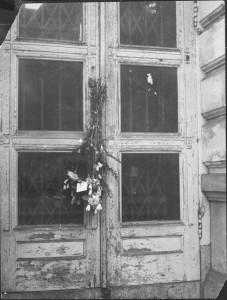 Hollandsche Schouwburg: enregistrement des Juifs raflés par des membres du Conseil Juif, 1943 (Beeldbank WO2 – NIOD).