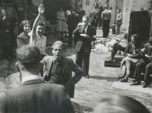 La cour du Hollandsche Schouwburg: « Gretha Velleman salue son amie  qui habite dans une des maisons adjacentes », juillet 1942. Photographe Lydia van Nobelen- Riezouw.